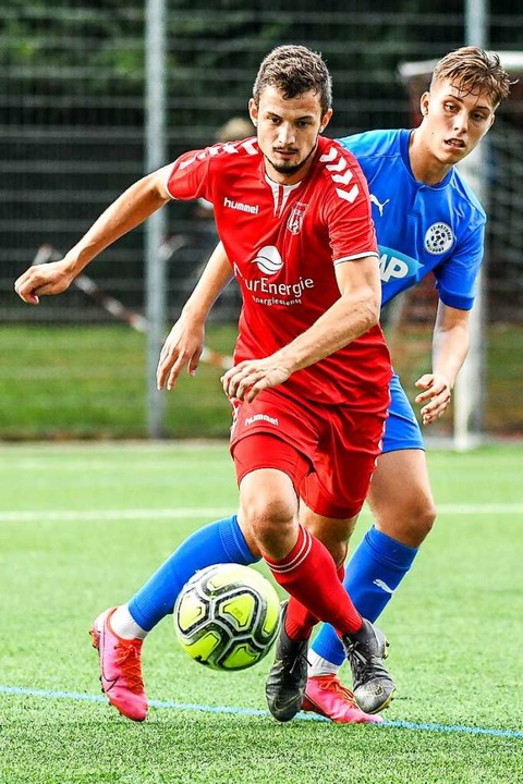 Elftbester Torjäger der Oberliga: FVLB-Angreifer Daniel Briegel (vorne)  | Foto: Gerd Gründl
