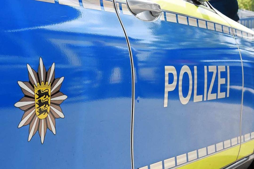 Die Polizei sucht nach dem flüchtigen Fahrer in einem weißen Kleinwagen.  | Foto: Kathrin Ganter