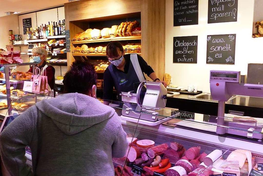 Das Frische-Sortiment wie Fleisch- und...n, gut sortierten Dorfladen in Weizen.  | Foto: Ralph Seifermann