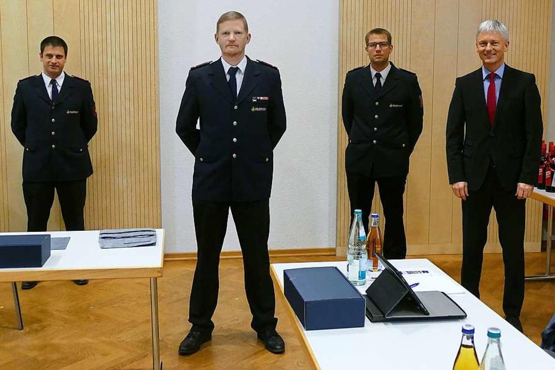 Kommandant Rainer Brinkmann wird flank... Bestellung der Feuerwehr-Führung vor.  | Foto: Frank Schoch