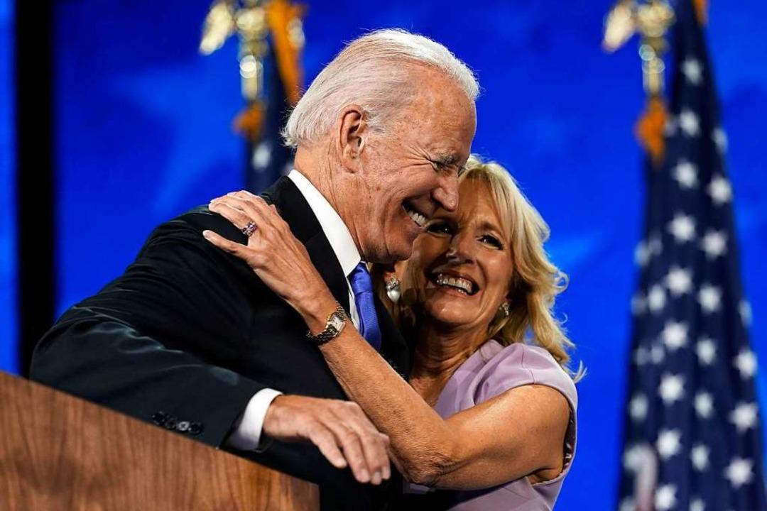 Jill Biden umarmt ihren Ehemann Joe Biden.  | Foto: Andrew Harnik (dpa)