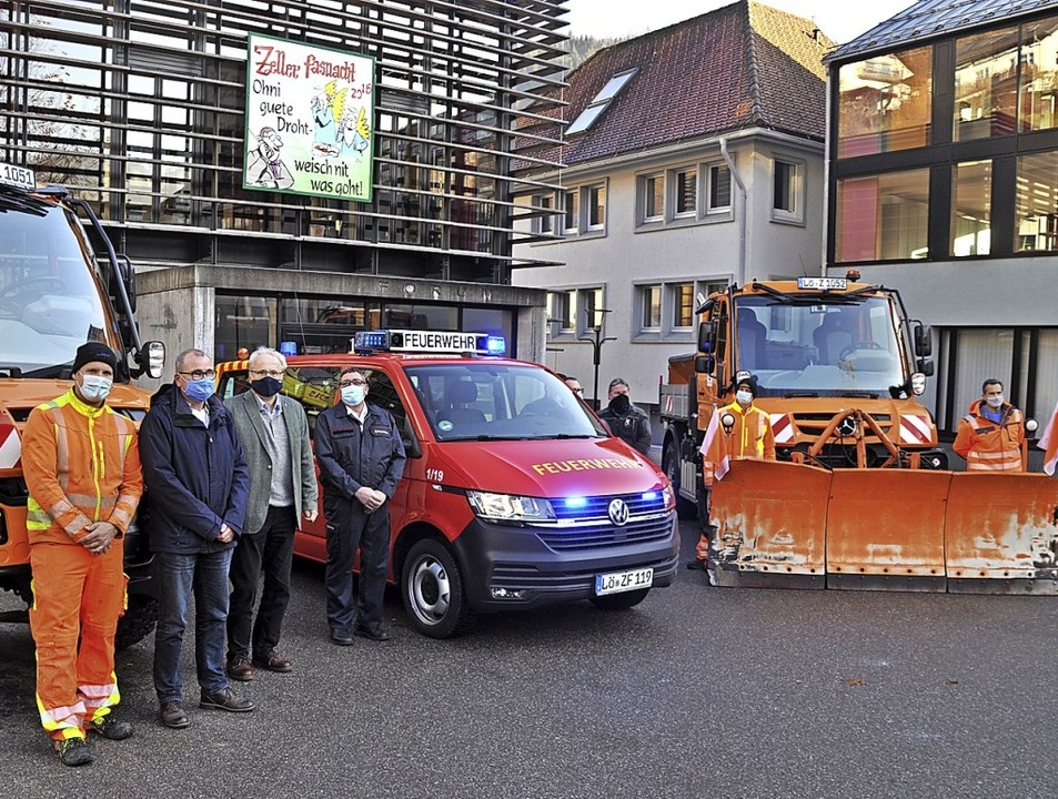 Vertreter von Stadt, Bauhof, Feuerwehr...Peter Palme durfte gleich Probesitzen.  | Foto: Nicolai Kapitz