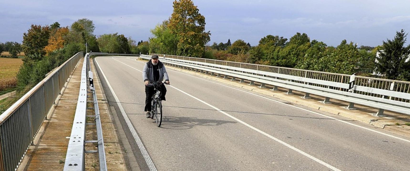 Die Radfahrer haben auf der Bahnbrücke...enheim und Schuttern keine Abgrenzung.  | Foto: Christoph Breithaupt