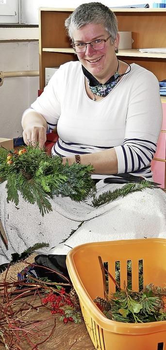 Cornelia Raufer beim Kränzeln ihres siebten Adventskranzes.  | Foto: Eva Korinth