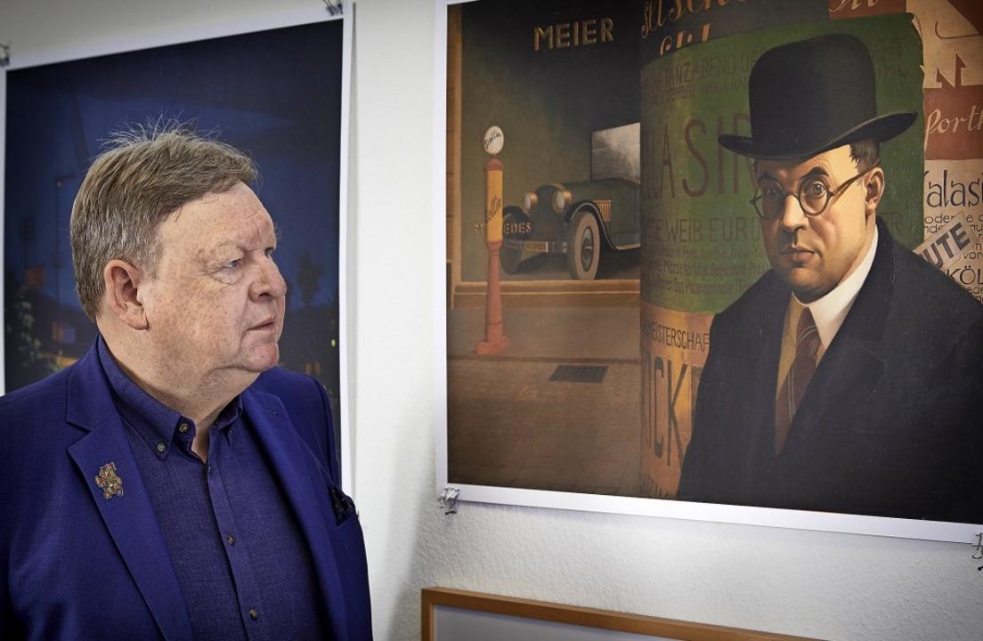 "Richard Leibinger vor dem Georg Scholz...Selbstbildnis vor Litfaßsäule"".   | Foto: Roland Krieg Fotodesign"