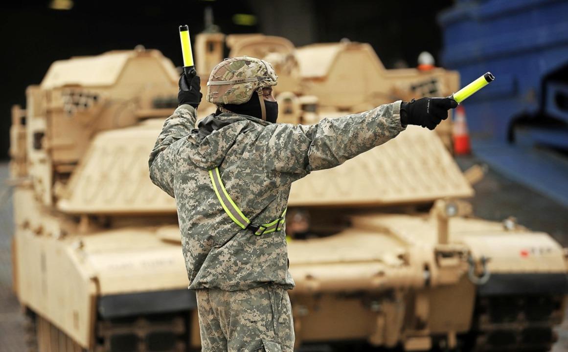 Ein US-Soldat dirigiert in Antwerpen M...euge auf dem Weg zu einer Nato-Übung.   | Foto: Francisco Seco (dpa)