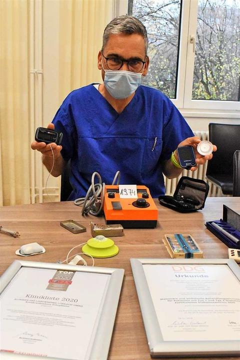 Der Leiter des Diabetes-Zentrums Micha...alten und neuen Blutzucker-Messgeräten  | Foto: Thomas Loisl Mink
