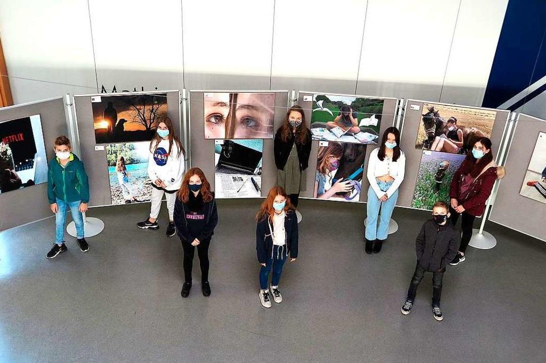 Die Fotografinnen und Fotografen bei d...llung ihrer Bilder mit Preisverleihung  | Foto: Dorothee Philipp