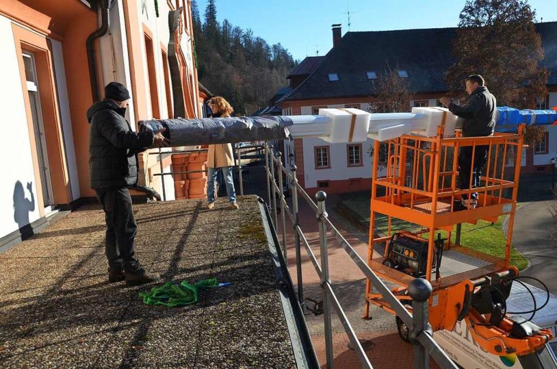 Die schwere und große neue Kinoleinwan...Hebebühne auf den Balkon des Kursaals.  | Foto: Christiane Sahli