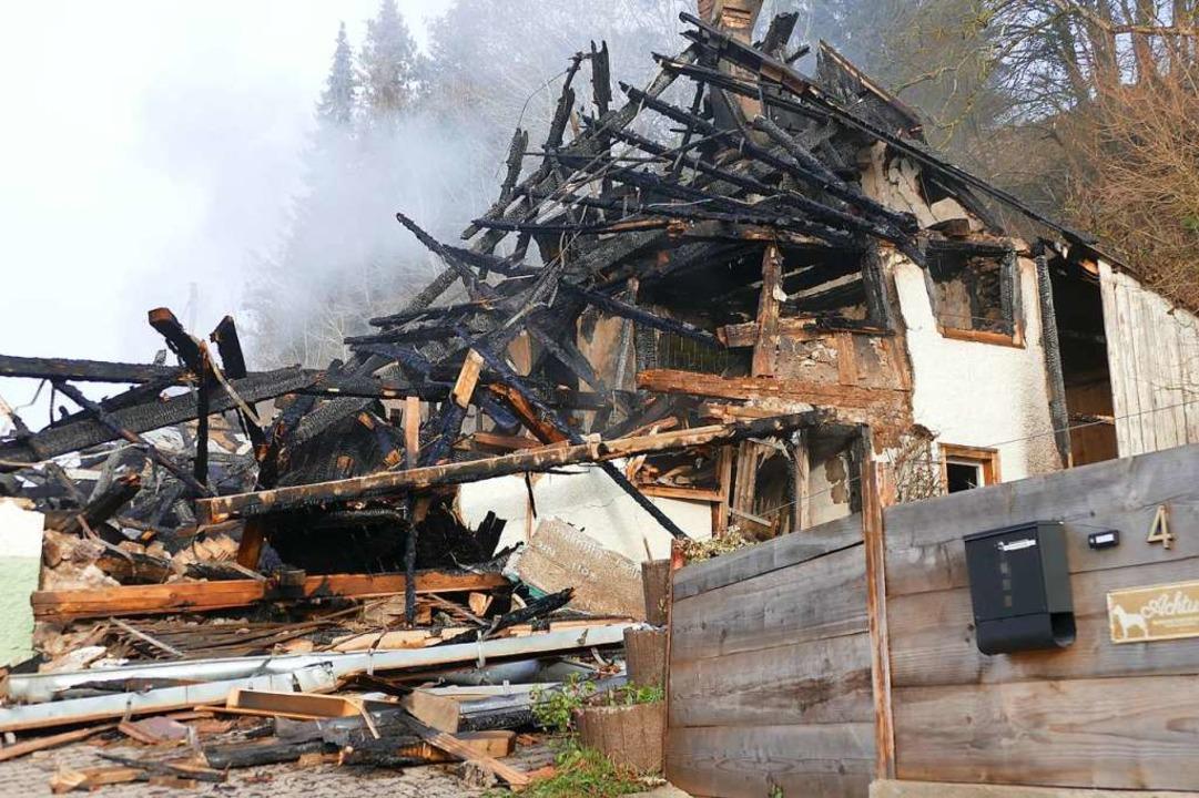 Das Feuer hat das Hofgebäude im Lerche...konnten noch nicht aufgenommen werden.    Foto: Juliane Kühnemund