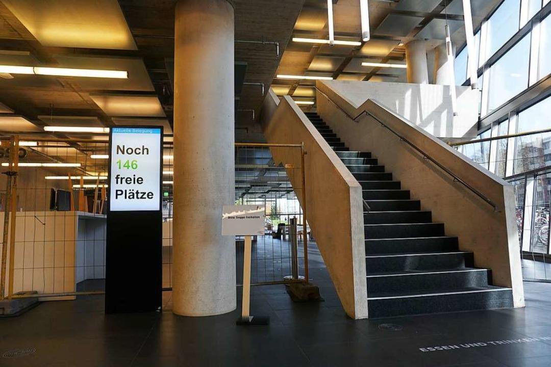 Eine digitale Tafel zeigt die freien Plätze in der UB an.    Foto: Joshua Kocher