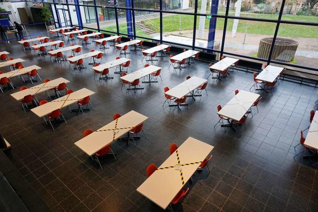 Leere Tische in der Mensa Rempartstraße    Foto: Joshua Kocher