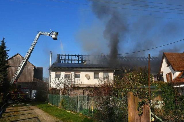 Zwei Dachstühle in einem Doppelanwesen niedergebrannt