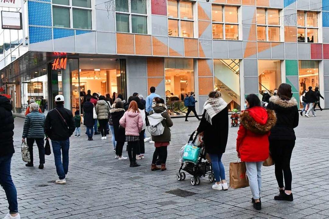 """Schlange stehen vor den Geschäften: Am...slich des """"Black Fridays"""".    Foto: Barbara Ruda"""