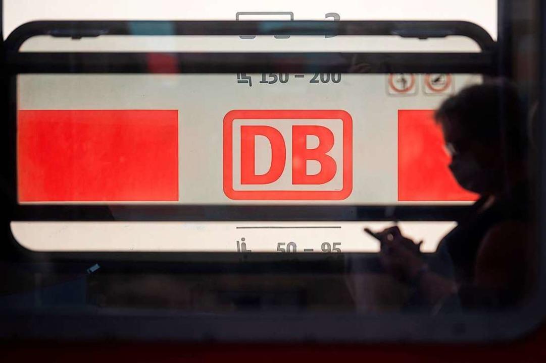 itte nur die Maske:In den Zügen der D...isende einen Mund-Nasen-Schutz tragen.  | Foto: Sebastian Gollnow (dpa)