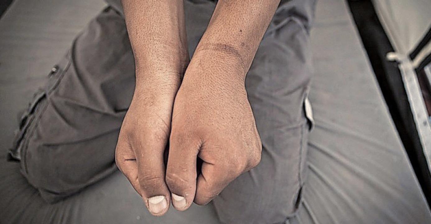 Fesselungsspuren an Handgelenken: Pro ...nach Syrien als völkerrechtswidrig an.    Foto: dpa