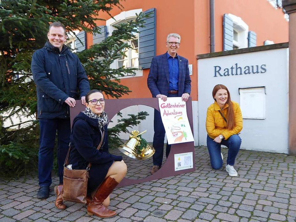 Pfarrer Christian  Heß (links) und Bür... des ersten Gottenheimer Adventsweges.  | Foto: Manfred Frietsch
