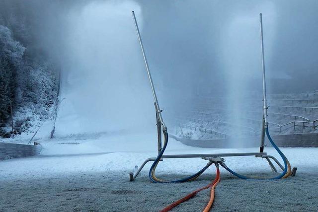 Im Skistadion von Titisee-Neustadt nehmen die Schneilanzen den Betrieb auf