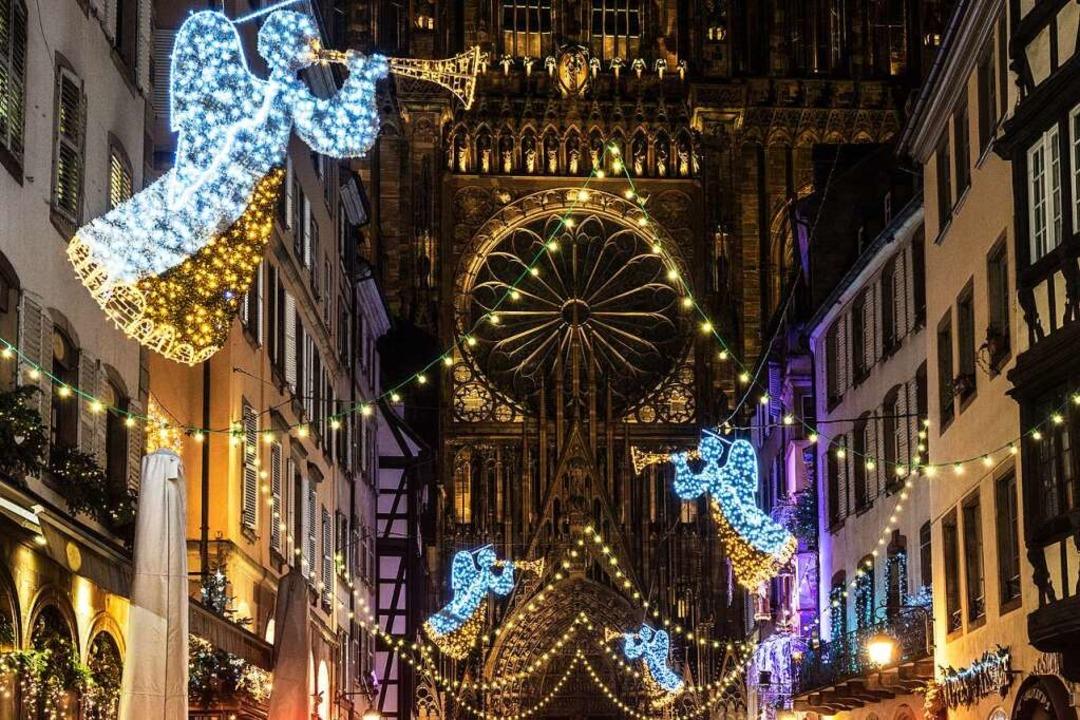 Weihnachtlicher Blick auf Münsterportal in Straßburg  | Foto: teli