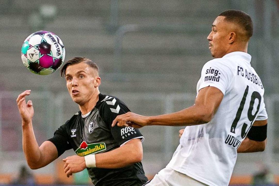 Hatte bei seinem Startelf-Debüt keinen...gen die FCA-Abwehr um Felix Uduokhai.   | Foto: Stefan Puchner (dpa)