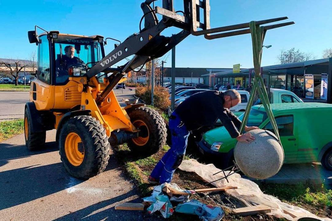 Am Freitag hat Werkhofleiter Werner St...er anderen Seite des Geh- und Radwegs.  | Foto: Tanja Bürgelin-Arslan
