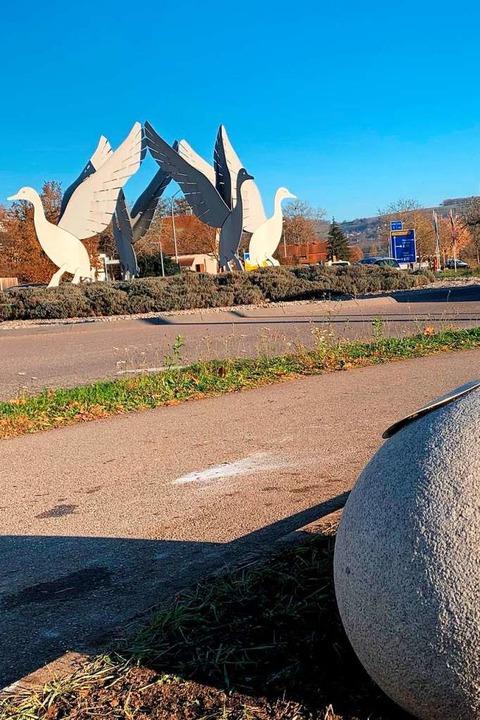 Das Entenei musste vom Kreisverkehr weichen, jetzt liegt es am Geh- und Radweg.  | Foto: Tanja Bürgelin-Arslan