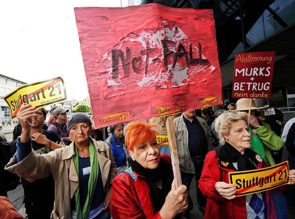 Bahnhofsgegner demonstrieren  2011 gegen das Bahnprojekt  S21.  | Foto: Bernd Weißbrod