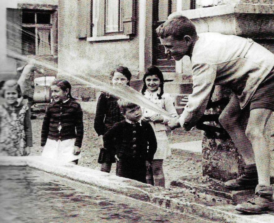 Brunnen waren und sind stets beliebte Spielorte für Kinder, auch in Wyhlen  | Foto: Rolf Reißmann