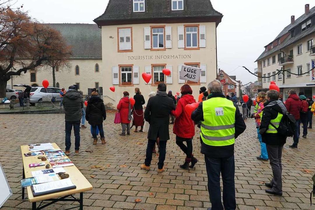 Adolf Wasmer (hinten auf der Treppe) s...gräfler Platz zu den Demonstrierenden.  | Foto: Dorothee Philipp