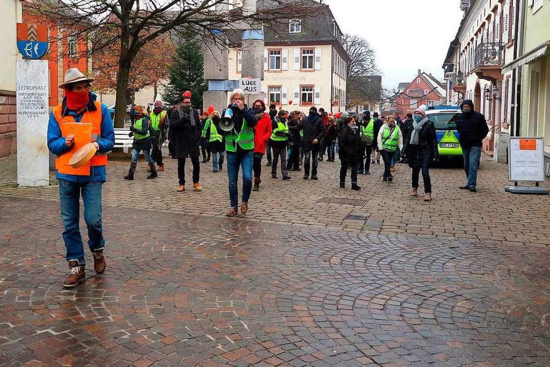 Mit Trommel, Gesichtstuch und Abstand:...Wasmer führt den Demonstrationszug an.  | Foto: Dorothee Philipp