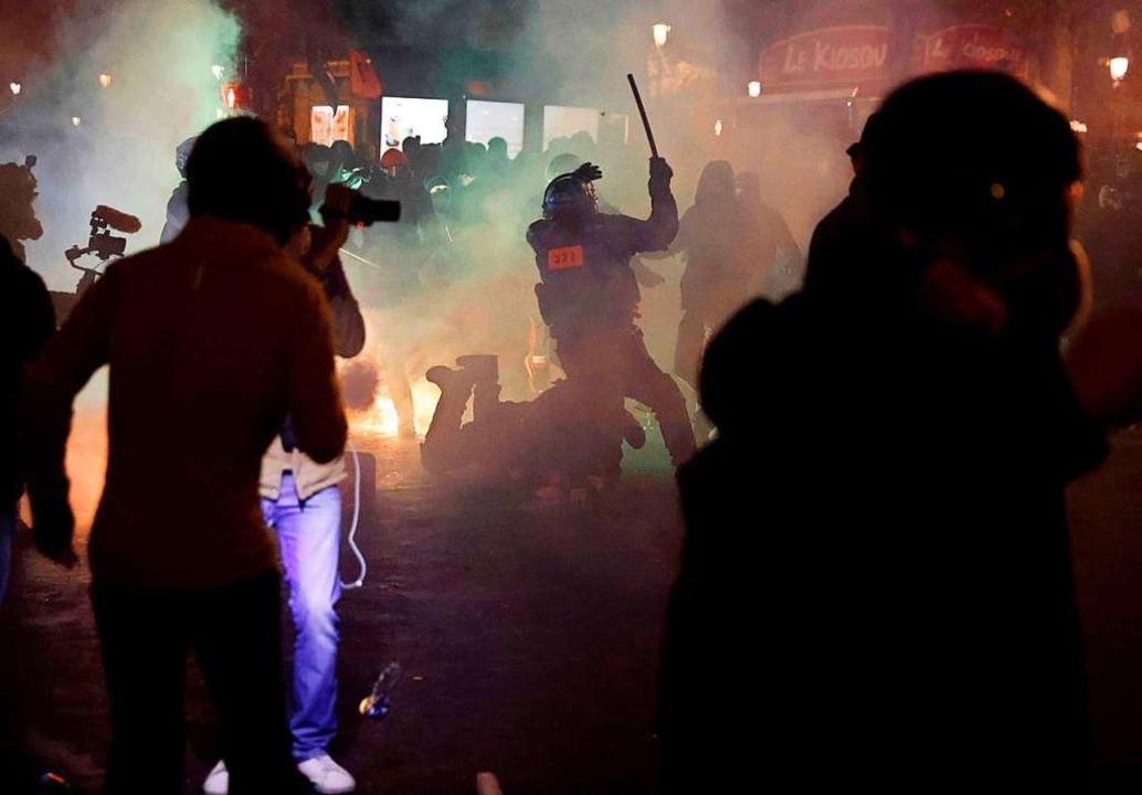 Bei der Demonstration gegen ein umstri...icherheitsgesetz eskalierte die Gewalt    Foto: Thomas Coex (dpa)