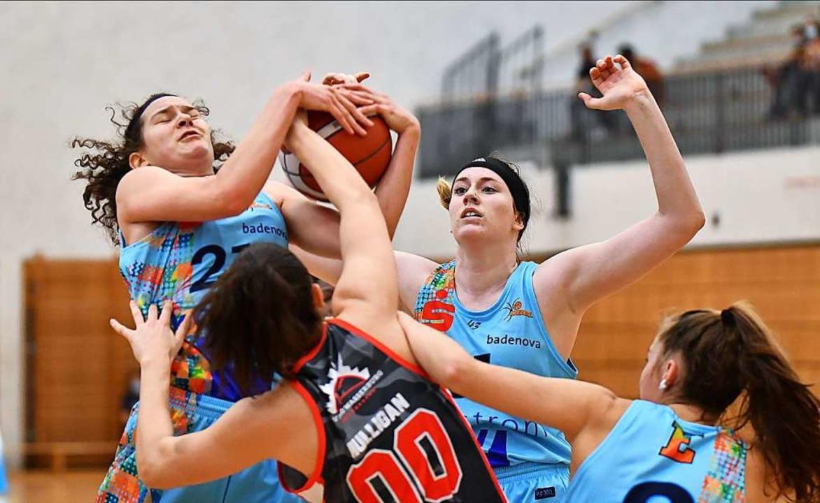 Emilly Kapitza (mit Ball) und Cassidy ...ür zahlreiche Rebounds unter dem Korb.  | Foto: Achim Keller