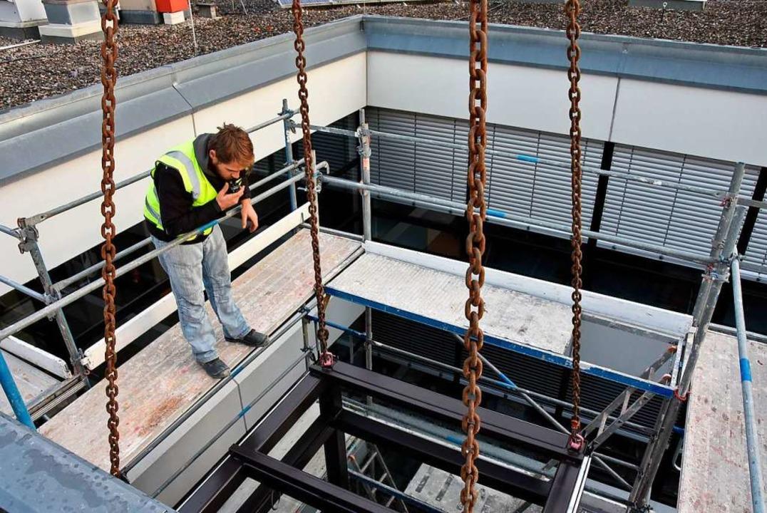 Das Versenken im Schacht war Millimeterarbeit.  | Foto: Heinz und Monika Vollmar