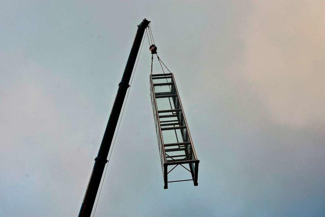 Zu Beginn der Aktion mussten zwei groß...per zunächst in die Vertikale bringen.  | Foto: Heinz und Monika Vollmar