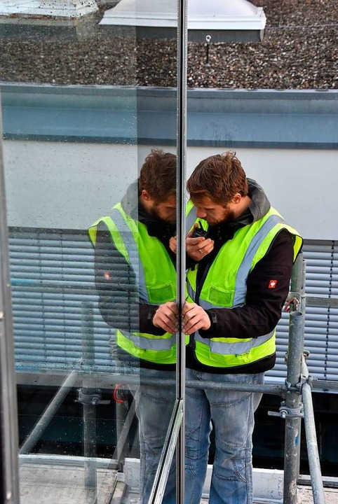 Auf dem Dach des Schulzentrums wartete... den vorbereiteten Schacht abzusenken.  | Foto: Heinz und Monika Vollmar