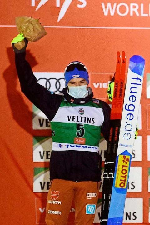 Fabian Rießle auf dem Siegerpodest    Foto: VESA MOILANEN (AFP)