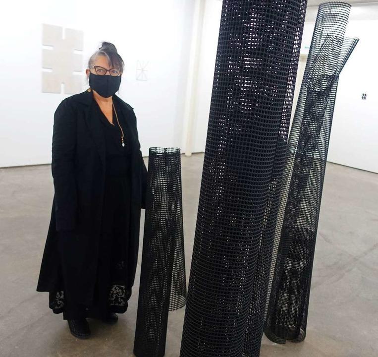 Die in Weil tätige Künstlerin  Ildiko ...in Riehen gitterartige Säulen-Objekte.    Foto: Roswitha Frey