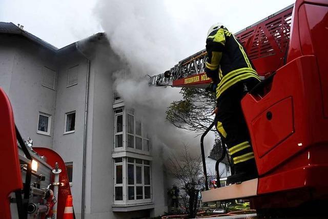 Zehn Verletzte bei Wohnungsbrand in Müllheim – Bewohner schwebt in Lebensgefahr