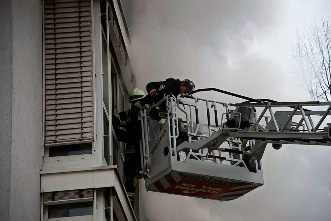 Menschenrettung über den Rettungskorb des Drehleiterfahrzeuges    Foto: Volker Münch