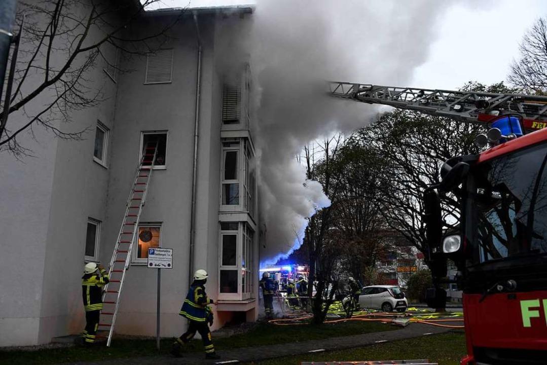 Völlig ausgebrannt ist eine Wohnung in...rden stark in Mitleidenschaft gezogen.  | Foto: Volker Münch