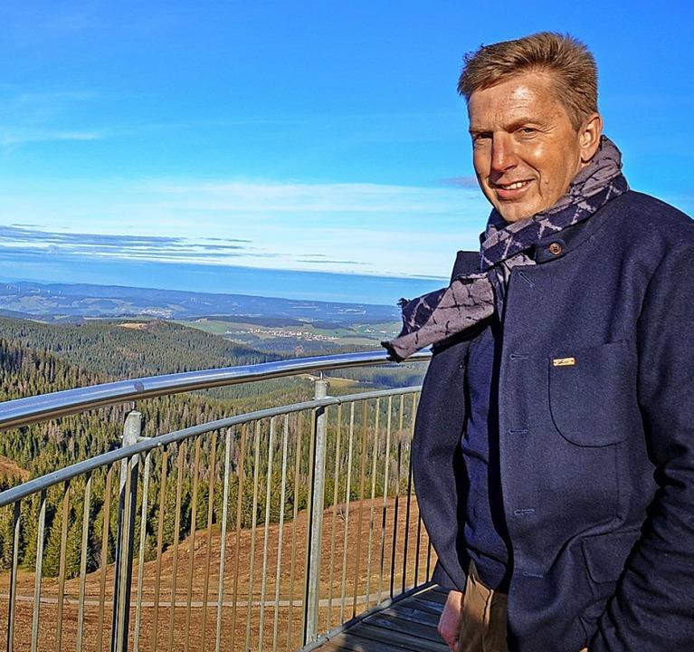 Nur was für Schwindelfreie: Johannes A...Blick vom Feldbergturm auf das Umland.  | Foto: Kathrin Blum