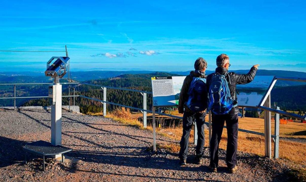 Wanderer genießen die Aussicht  | Foto: Kathrin Blum