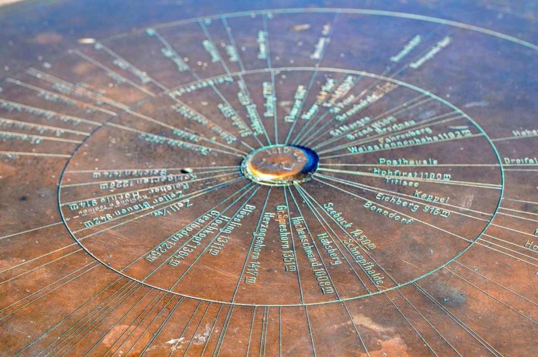 Eine Tafel auf dem Gipfel informiert über die Umgebung.  | Foto: Kathrin Blum