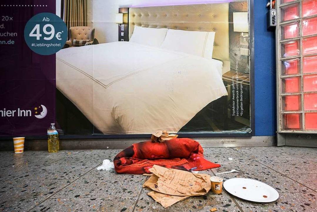Ein Obdachloser hat sich seinen Überna...Durchgang eines Bahnhofs eingerichtet.  | Foto: Andreas Arnold (dpa)