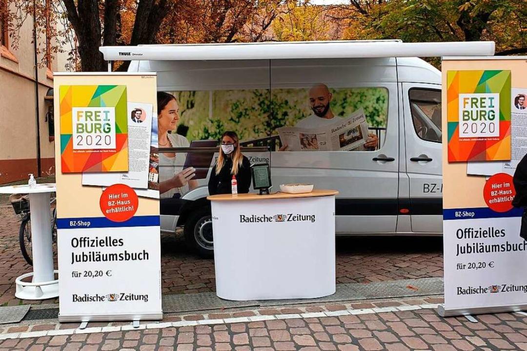Valentina unterstützt das BZ-Mobil auf dem Rathausplatz in Freiburg.  | Foto: Melanie Stöhr