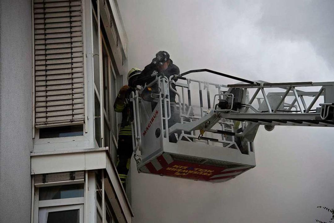 Die Feuerwehr musste mehrere Bewohner mit der Drehleiter retten.  | Foto: Volker Münch