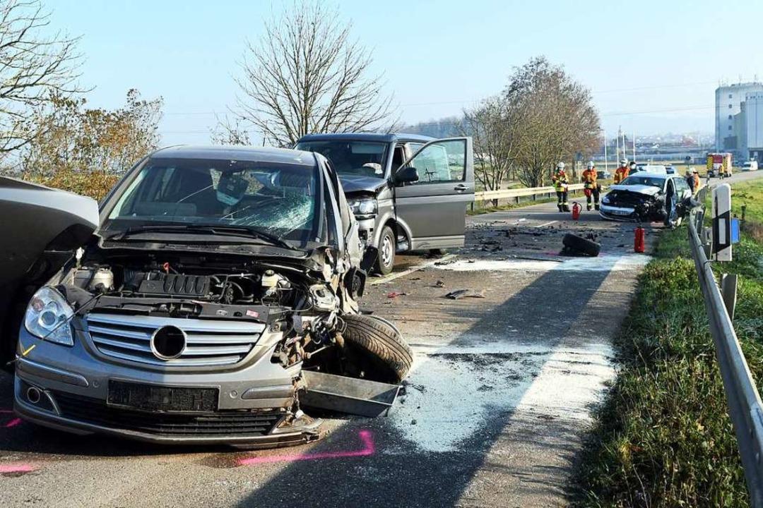 Mehrere Personen wurden bei diesem Unf...n den drei Fahrzeuge verwickelt waren.  | Foto: Wolfgang Künstle