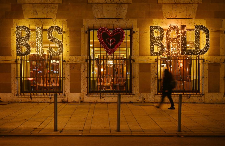 Die Worte «Bis bald» sind an den Fenst...Betriebs in der Innenstadt angebracht.  | Foto: Marijan Murat (dpa)