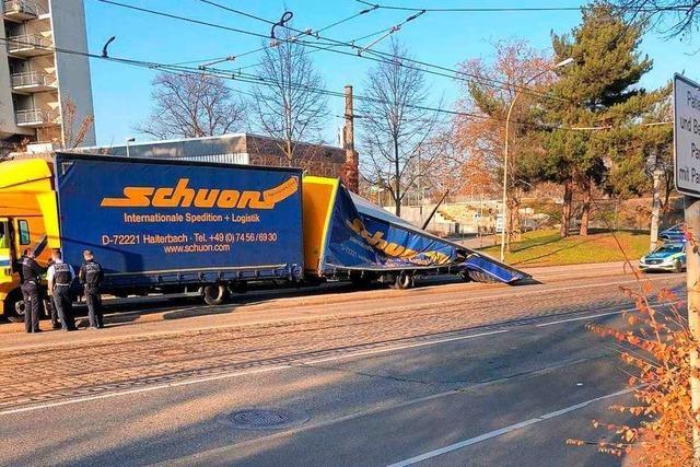 LKW mit zu hohem Anhänger kollidiert mit Brücke und klappt zusammen