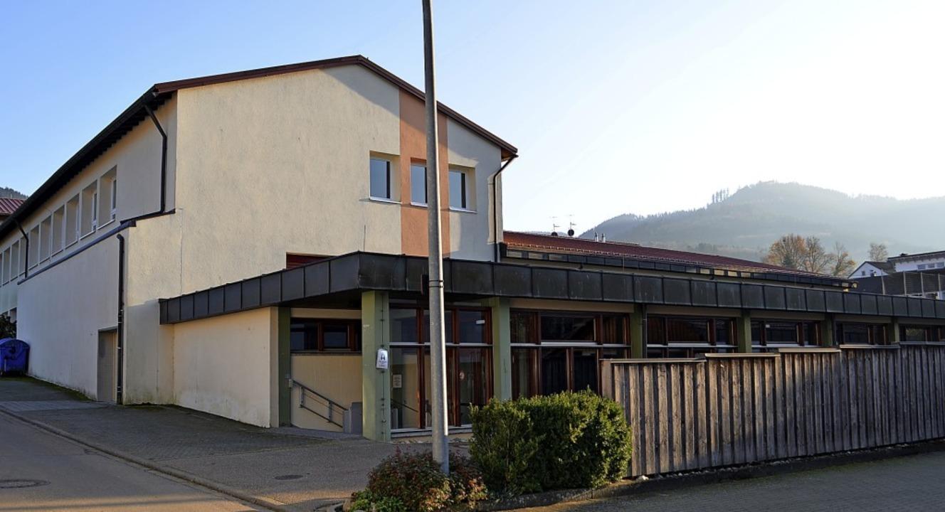 Die mit dem Schulgebäude verbundene Me...halle und ihr bisheriger Hauptzugang.   | Foto: Nikolaus Bayer